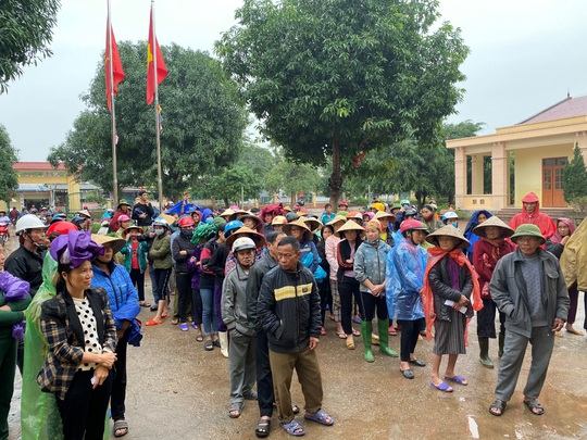 Công ty Vịnh Thiên Đường và Quỹ HOPE trao 2100 phần quà đến tận tay bà con vùng lũ - Ảnh 5.