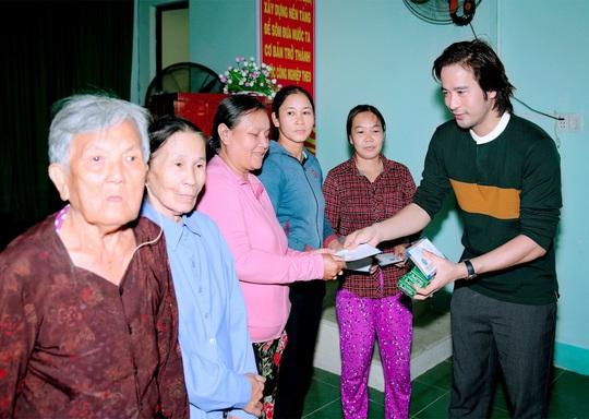 Doanh nhân và nghệ sĩ trao hơn 500 triệu đồng cho người dân Quảng Ngãi và Quảng Trị - Ảnh 6.