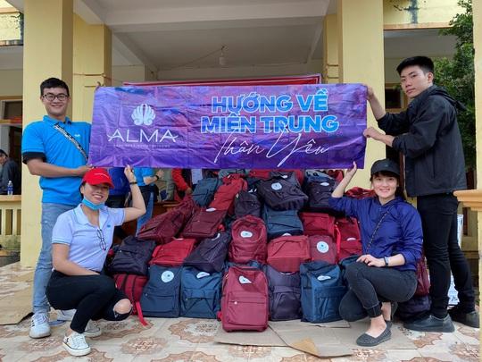 Công ty Vịnh Thiên Đường và Quỹ HOPE trao 2100 phần quà đến tận tay bà con vùng lũ - Ảnh 6.