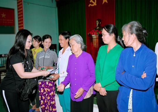 Doanh nhân và nghệ sĩ trao hơn 500 triệu đồng cho người dân Quảng Ngãi và Quảng Trị - Ảnh 7.