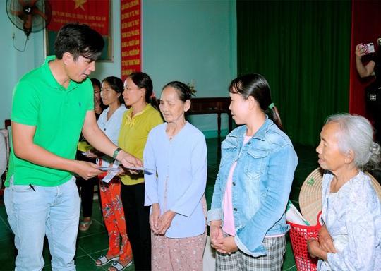 Doanh nhân và nghệ sĩ trao hơn 500 triệu đồng cho người dân Quảng Ngãi và Quảng Trị - Ảnh 8.