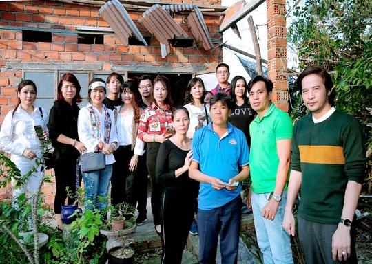 Doanh nhân và nghệ sĩ trao hơn 500 triệu đồng cho người dân Quảng Ngãi và Quảng Trị - Ảnh 9.