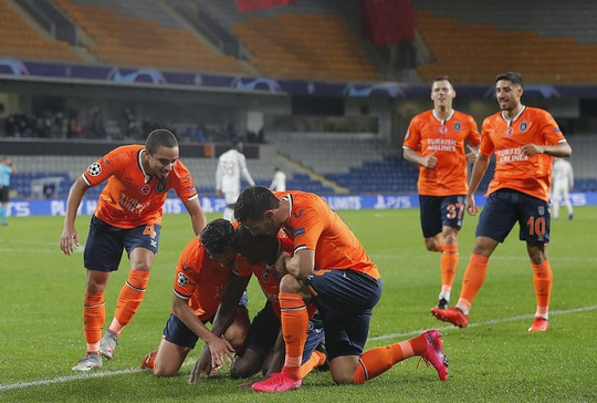 Man United đá như… U10, thua sốc Istanbul Basaksehir - Ảnh 1.