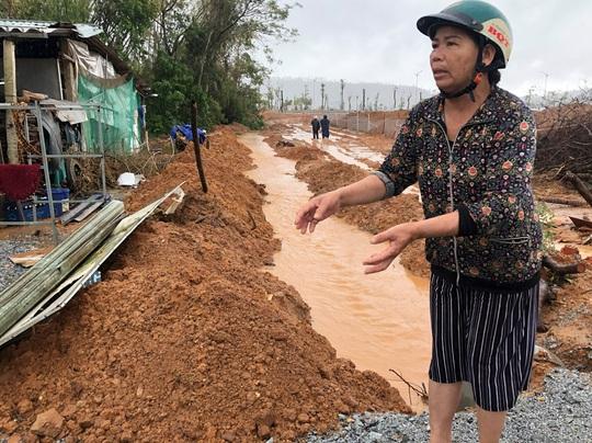 Quảng Ngãi: Thi công dự án làm tắt nghẽn lối thoát nước, gây ngập nhà dân - Ảnh 1.