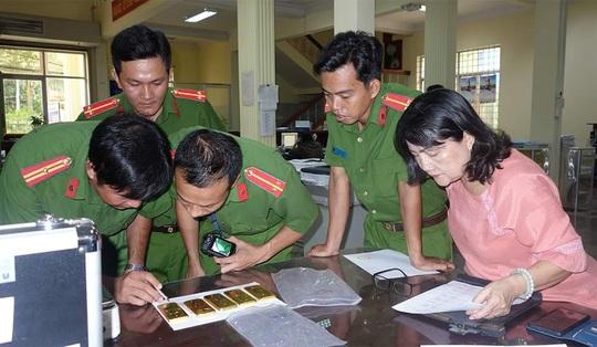 Bắt tạm giam 4 đối tượng vận chuyển 51kg vàng qua biên giới - Ảnh 2.