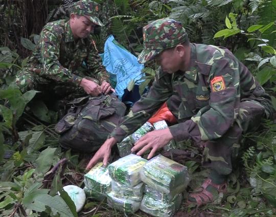 Nhóm đối tượng tháo chạy, bỏ lại 100 kg nghi ma túy đá - Ảnh 1.