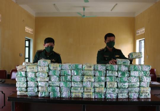 Nhóm đối tượng tháo chạy, bỏ lại 100 kg nghi ma túy đá - Ảnh 2.