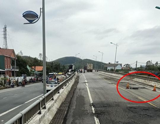 Tai nạn khó tin: Tránh ổ gà, xe container lao từ cầu vượt xuống đường - Ảnh 3.
