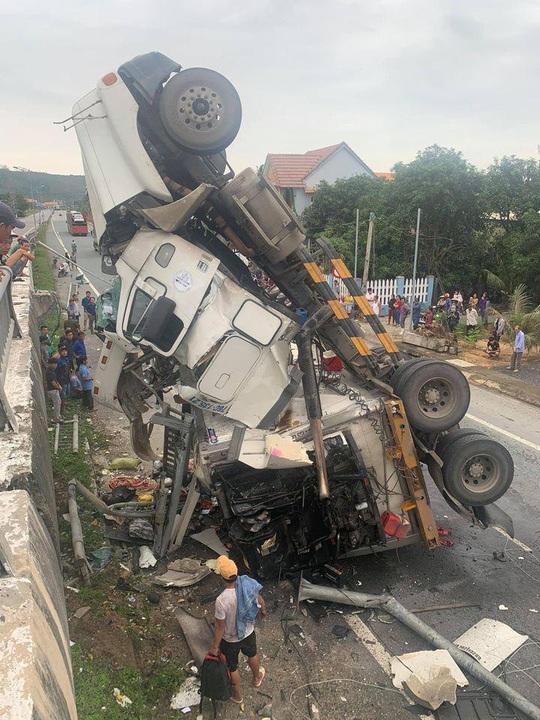 Tai nạn khó tin: Tránh ổ gà, xe container lao từ cầu vượt xuống đường - Ảnh 2.