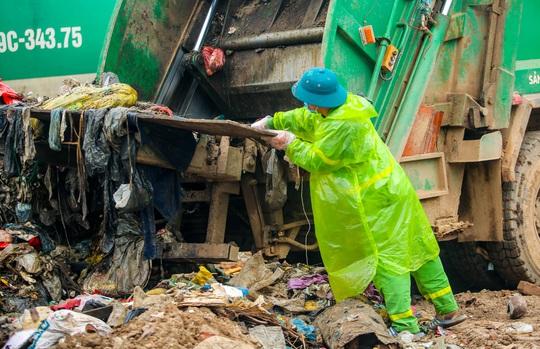 CLIP: Cận cảnh núi rác khổng lồ bốc mùi hôi thối giữa Thủ đô - Ảnh 3.
