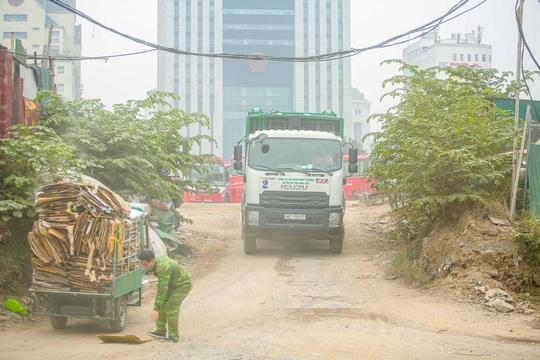 CLIP: Cận cảnh núi rác khổng lồ bốc mùi hôi thối giữa Thủ đô - Ảnh 10.