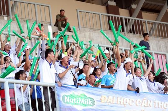 Trường ĐH Cần Thơ đánh bại Trường ĐH Sài Gòn, bám sát đội bóng do bầu Đức bảo trợ - Ảnh 4.