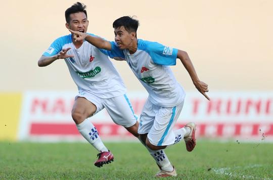 Trường ĐH Cần Thơ đánh bại Trường ĐH Sài Gòn, bám sát đội bóng do bầu Đức bảo trợ - Ảnh 3.