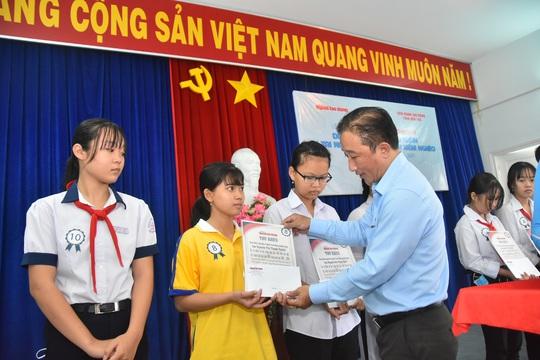 Học bổng Báo Người Lao Động đến với học sinh nghèo, học giỏi Bến Tre - Ảnh 1.