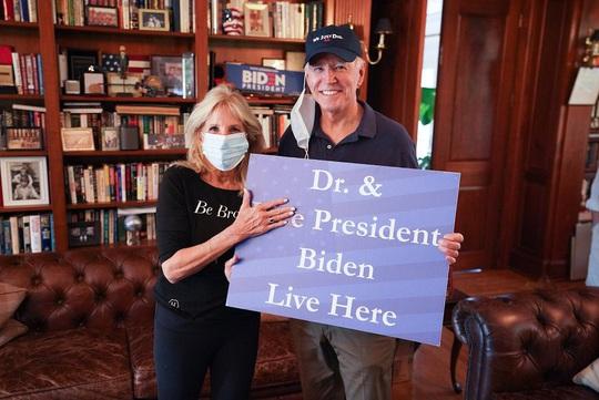Có người lao tới ông Biden, bà Jill lập tức chắn trước mặt chồng! - Ảnh 5.
