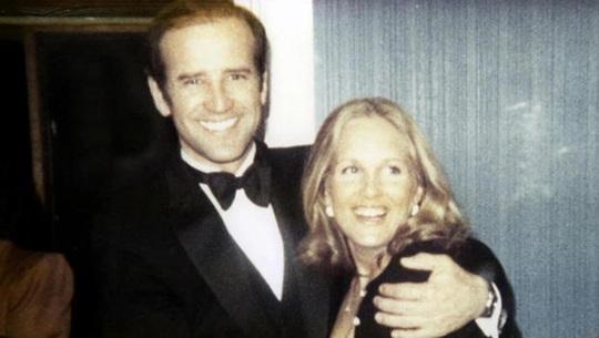 Có người lao tới ông Biden, bà Jill lập tức chắn trước mặt chồng! - Ảnh 4.