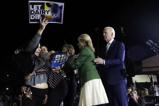 Có người lao tới ông Biden, bà Jill lập tức chắn trước mặt chồng! - Ảnh 1.
