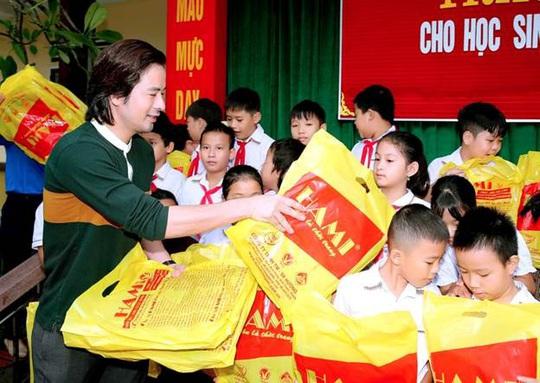 Diễn viên Đoàn Minh Tài trao tiền, quà cứu trợ người dân miền Trung - Ảnh 1.