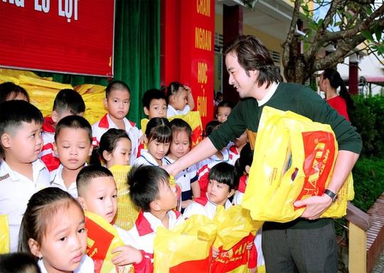 Diễn viên Đoàn Minh Tài trao tiền, quà cứu trợ người dân miền Trung - Ảnh 2.