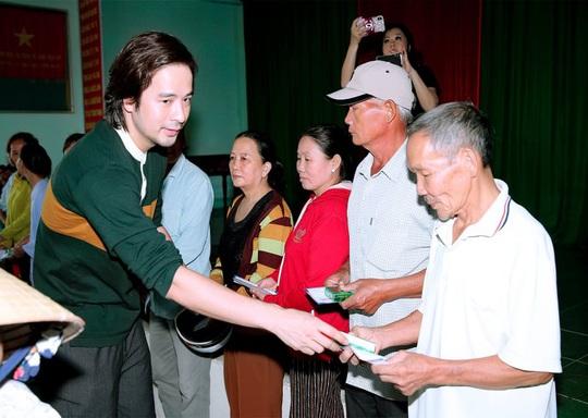 Diễn viên Đoàn Minh Tài trao tiền, quà cứu trợ người dân miền Trung - Ảnh 3.