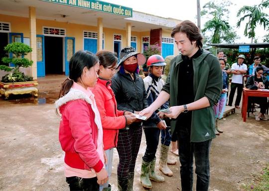 Diễn viên Đoàn Minh Tài trao tiền, quà cứu trợ người dân miền Trung - Ảnh 5.