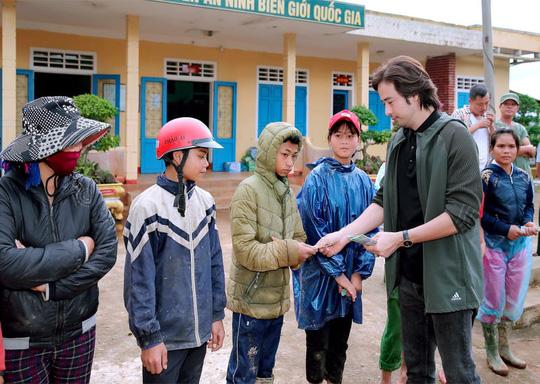 Diễn viên Đoàn Minh Tài trao tiền, quà cứu trợ người dân miền Trung - Ảnh 6.