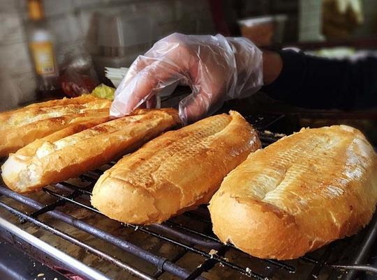 Quán bánh mì nướng muối ớt: Ngày bán 500 chiếc, xếp hàng chờ mua - Ảnh 1.