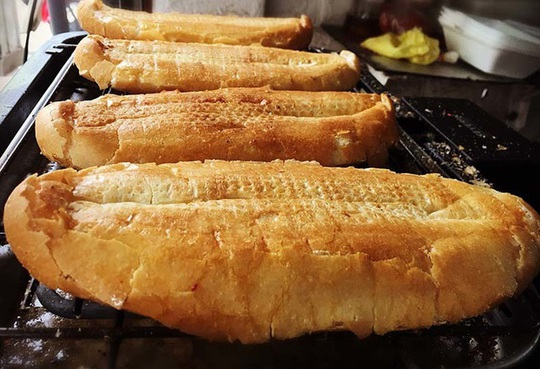 Quán bánh mì nướng muối ớt: Ngày bán 500 chiếc, xếp hàng chờ mua - Ảnh 2.