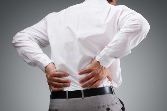 Không làm việc nặng khuân vác, sao lại hay bị đau lưng ? - Ảnh 1.