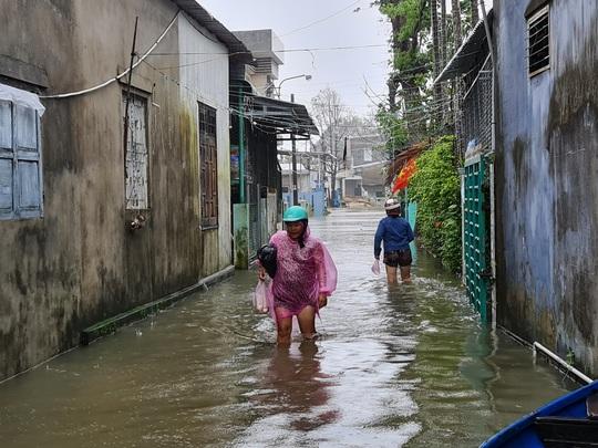 Mưa lớn, thủy điện xả lũ, nhiều nơi ở Quảng Nam ngập lụt - Ảnh 11.