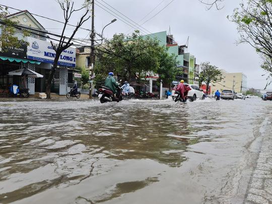 Mưa lớn, thủy điện xả lũ, nhiều nơi ở Quảng Nam ngập lụt - Ảnh 1.
