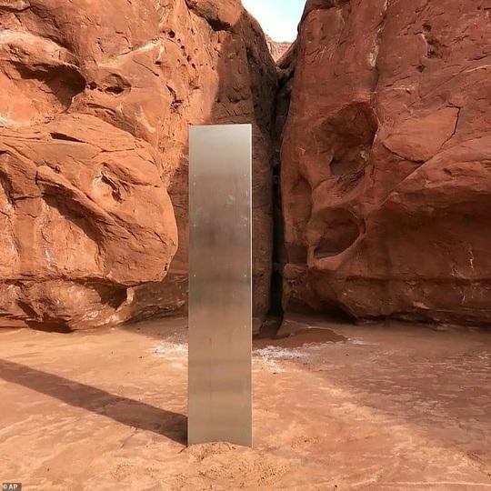 Cột kim loại bí ẩn bốc hơi khỏi sa mạc Mỹ, xuất hiện gần pháo đài Romania - Ảnh 3.