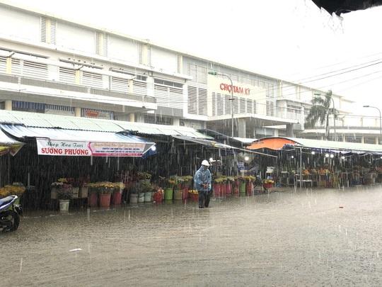 Mưa lớn, thủy điện xả lũ, nhiều nơi ở Quảng Nam ngập lụt - Ảnh 7.