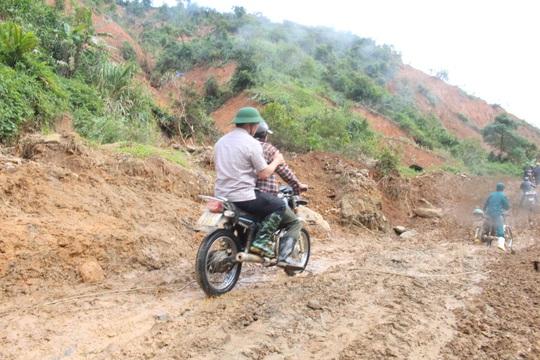 Vượt núi vào 2 xã bị cô lập, Chủ tịch Quảng Nam ban hành tình huống khẩn cấp - Ảnh 2.