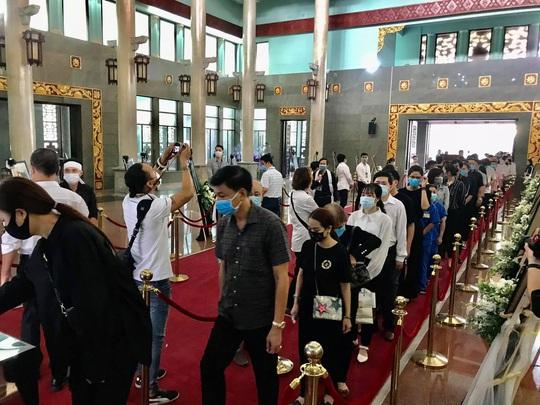 Hàng ngàn người đến tiễn đưa danh hài Chí Tài - Ảnh 10.