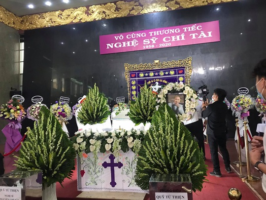 Hàng ngàn người đến tiễn đưa danh hài Chí Tài - Ảnh 2.