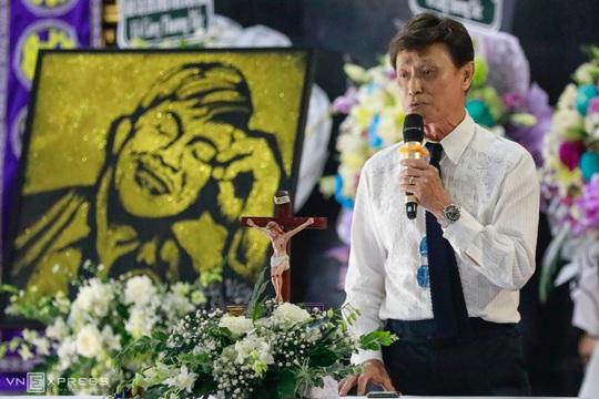 NSƯT Hoài Linh khóc phút cuối tiễn đưa linh cữu nghệ sĩ Chí Tài ra sân bay sang Mỹ - Ảnh 4.