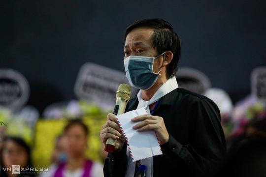 NSƯT Hoài Linh khóc phút cuối tiễn đưa linh cữu nghệ sĩ Chí Tài ra sân bay sang Mỹ - Ảnh 5.