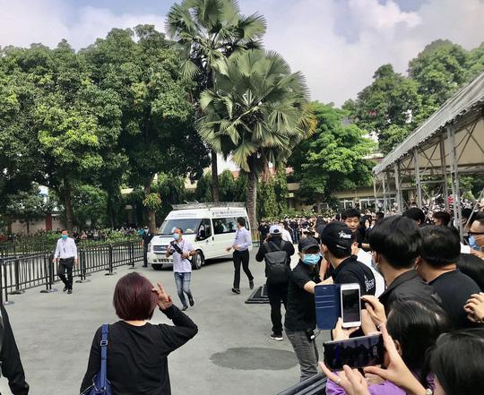 NSƯT Hoài Linh khóc phút cuối tiễn đưa linh cữu nghệ sĩ Chí Tài ra sân bay sang Mỹ - Ảnh 2.