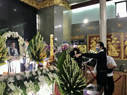 NSƯT Hoài Linh khóc phút cuối tiễn đưa linh cữu nghệ sĩ Chí Tài ra sân bay sang Mỹ - Ảnh 1.
