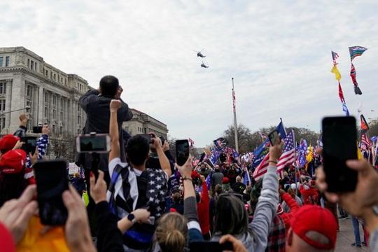 Hàng ngàn người tuần hành ủng hộ Tổng thống Trump - Ảnh 2.