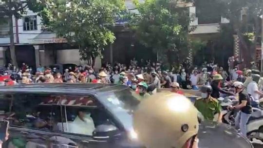 Hàng trăm người tập trung trước phòng gym tìm người xúc phạm cố nghệ sĩ Chí  Tài - Báo Người lao động