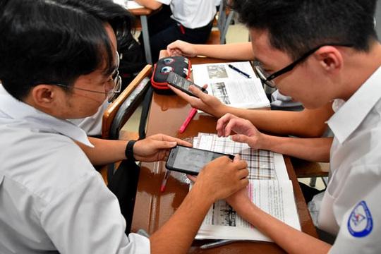 Chính phủ yêu cầu hướng dẫn học sinh dùng điện thoại - Ảnh 1.