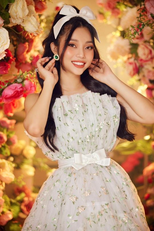 Không cần cắt xẻ táo bộ, Lâm Thu Hồng hút mắt bởi bộ cánh công chúa và hoa hồng - Ảnh 3.
