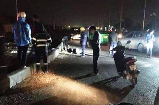 Tông dải phân cách, 2 thanh niên đi xe máy tử vong tại chỗ - Ảnh 1.