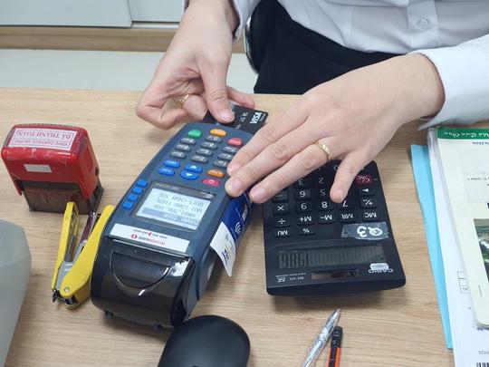 Ngân hàng cảnh báo thủ đoạn đánh cắp tiền trong tài khoản dịp cuối năm - Ảnh 1.
