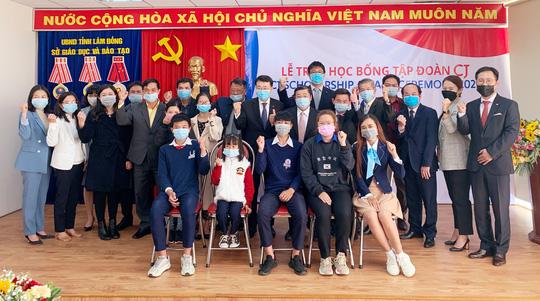 Tập đoàn CJ tặng học bổng cho học sinh, sinh viên tỉnh Lâm Đồng - Ảnh 1.