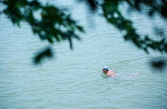"""Choáng với cảnh """"tắm tiên"""" ở sông Hồng dưới cái lạnh """"thấu xương"""" - Ảnh 8."""