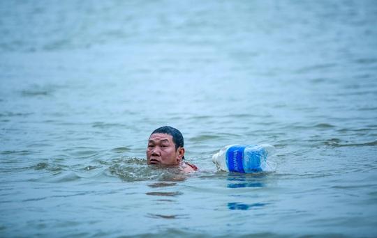 """Choáng với cảnh """"tắm tiên"""" ở sông Hồng dưới cái lạnh """"thấu xương"""" - Ảnh 10."""