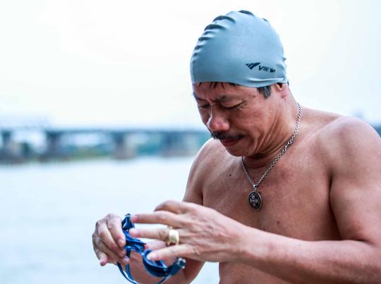 """Choáng với cảnh """"tắm tiên"""" ở sông Hồng dưới cái lạnh """"thấu xương"""" - Ảnh 11."""